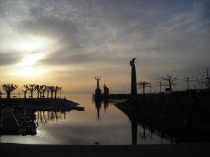 Zeppelin Denkmal im Morgenlicht im Konstanzer Hafen, im Hintergrund die Imperia