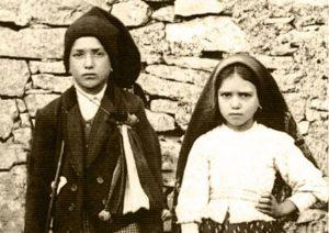 Quelle: Radio Vatikan. Fotografie der Hirtenkinder von Fátima Jacinta Marto (*11. März 1910, †20. Februar 1920) und Francisco Marto (*11. Juni 1908, †4. April 1919)