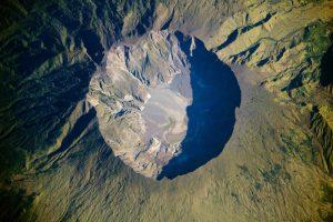 © NASA / JSC / ISS020, image taken by the Expedition 20 crew (Ausschnitt), Quelle: http://www.spektrum.de/news/ein-vulkan-schreibt-weltgeschichte/1339235